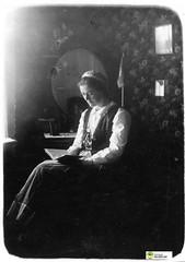 tm_6079 (Tidaholms Museum) Tags: svartvit positiv porträtt människa interiör kvinna bokläsning reading woman huvudbonad