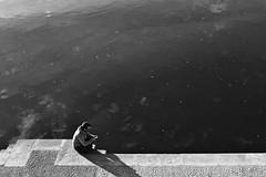 Les bords de la Garonne, Toulouse (France) (OMM.photographie) Tags: eos 5d canon monochrome bw nb people street france toulouse canon5d canon5deos canoneos5d canon5deosmarkiv canoneos5dmarkiv 5dmarkiv blackandwhite blackwhite