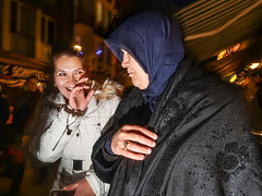Point-and-Flash #004 (Never Edit) Tags: street photography streetphotography outdoor outside people peopleinthestreet strada city urban candid color colour realstreetphotography purestreetphotography rawstreet canpubphoto flash muslima girl funny lighttrails düsseldorf germany youngandold nightshot altstadt
