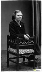 tm_6187 (Tidaholms Museum) Tags: svartvit positiv dekor rekvisita möbel bord stol flicka
