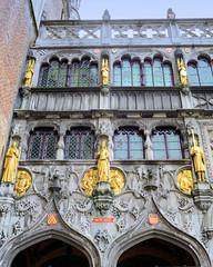 7-6641 Vergoldete Figuren an der Fassade der Heilig Blut Basilika in Brügge - der Sakralbau ist Relikien-Aufbewahrungsort einer Ampulle mit dem Blut Christi. Die jährlich an Christi Himmelfahrt stattfindende Heilig-Blut-Prozession ist von der UNESCO in di (stadt + land) Tags: vergoldete figuren fassade heilig blut basilika sakralbau relikien relikie aufbewahrungsort ampulle christi stadt brügge brugge flandern hansestadt hansekontor mittelalter stadtkern sehenswürdigkeiten unesco kulturerbe liste weltkulturerbe stadtportrait impressionen fotografie bilder fotos