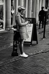 Leaning (Bury Gardener) Tags: bw blackandwhite monochrome mono england eastanglia uk britain burystedmunds suffolk streetphotography street streetcandids snaps strangers candid candids people peoplewatching 2018 nikond7200 nikon abbeygatestreet