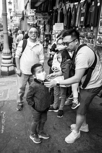 wildfire smoke in San Francisco: dad makes sure the kids are wearing masks