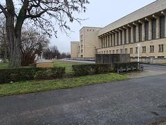 Flughafen-Tempelhof_e-m10_1013107396 (Torben*) Tags: rawtherapee olympusomdem10 olympusm12mmf20 berlin kreuzberg flughafentempelhof thf flughafen architektur architecture hecke hedge baum tree