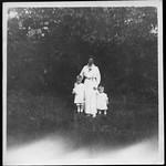 Archiv S238 Mutter mit Tochter und Sohn, 1910er thumbnail
