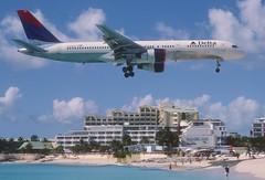 285bg - Delta Air Lines Boeing 757-232; N679DA@SXM;07.03.2004 (Aero Icarus) Tags: princessjulianainternationalairport saintmartin sintmaarten sxm slidescan plane avion aircraft flugzeug deltaairlines boeing757 n679da