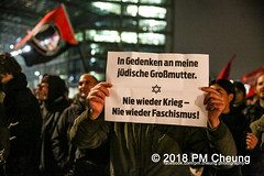 """Rechter Aufmarsch von """"Wir für Deutschland (WfD)"""" und antifaschistische Gegenproteste – 09.11.2018 – Berlin - IMG_9079 (PM Cheung) Tags: wirfürdeutschlandwfd trauermarschfürdieopfervonpolitik antifa gegenprotest berlinmitte demonstration verbot andreasgeisel novemberpogrome 09112018 regierungsviertel tiergarten hauptbahnhofberlin neonazis afd rechtspopulisten berlingegennazis 80jahrestagreichspogromnacht wfdaufmarsch auchnach80jahren–keinvergessenkeinvergeben reclaimclubculture faschismuswegbeamen polizei pmcheung demo protest kundgebung 2018 protestfotografie pomengcheung mengcheungpodemo antifaschisten b0911 wwwpmcheungcom rechtsruck berlinerbündnisgegenrecht lichtangegennazis facebookcompmcheungphotography"""