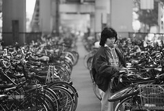 1/4 Orderly bike parking (lebre.jaime) Tags: japan tokyo sanngenjaya 日本 東京 三軒茶屋 bicycle bike parking nikon f4 nikkor10525 blackwhite bw pb pretobranco noiretblanc analogic film film135 smallformat