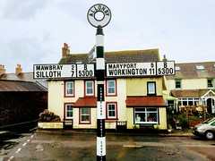 Signpost. (Bennydorm) Tags: cumberland mawbray silloth maryport workington homes houses allerdale roadtrip road broad building iphone6s iphone septembre september inghilterra inglaterra angleterre europe uk gb britain england cumbria village allonby thisway directions signpost sign