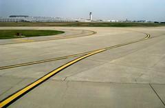 Attention, virage dangereux! (Robert Saucier) Tags: détroit detroit aéroport airport pavement ciel sky jaune yellow ligne courbe curb img1106