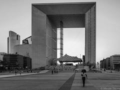 Promenade la Défense (Paris) (musette thierry) Tags: france îledefrance paris musette thierry defense blackandwhite noiretblanc architecture