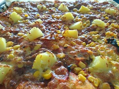 2018-02-18 11.34.19 (Kirayuzu) Tags: essen food selbstgemacht selbstgekocht pizza mais salami speck bacon ananas jalapeno