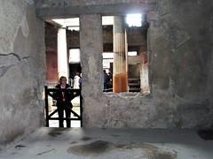 Pompeya - Casa de los Vettii. (EduOrtÍn.) Tags: pompeya pompei campania italia columna casa mujer ruinas arqueología imperioromano