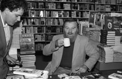 Anglų lietuvių žodynas. Žodis author reiškia n 1) autorius, rašytojas, kūrėjas; 2) kaltininkas; author of a crime nusikaltėlis lietuviškai.