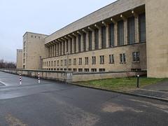 Flughafen-Tempelhof_e-m10_1013107398 (Torben*) Tags: rawtherapee olympusomdem10 olympusm12mmf20 berlin kreuzberg flughafentempelhof thf flughafen architektur architecture fassade facade