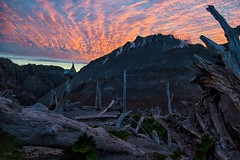 amanecer en la cumbre del chaiten (R73NTBL3LNZZO4CHGHOZRUI4H2) Tags: sunrise landscape volcanchaiten cloudscape palisade cordilleradelosandes