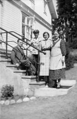 tm_6536 (Tidaholms Museum) Tags: svartvit positiv gruppfoto people yttertrappa bostadshus exteriör exterior doorstep