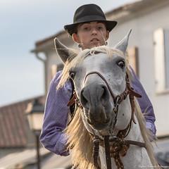 Chacun son regard 1/2 (Elyane11) Tags: bouchesdurhone france provencealpescotedazur saintesmariesdelamer camargue chevaux défiles rue regards