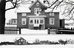 tm_5868 (Tidaholms Museum) Tags: svartvit positiv bostadshus exteriör byggnad trädgård gård vinter snö