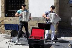 OVIEDO - DOS ACORDEONISTAS TOCANDO EN LA CALLE DE LA RUA (mflinera) Tags: oviedo asturias acordeonistas musicos calle de la rua