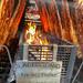 Flammlachs vom Lachskönig gart auf Metallspießen über offenem Feuer