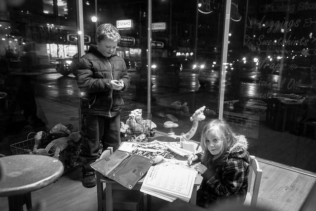 Kids in a WIndow #LifeinOshkosh
