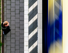 Passing by (Guido Klumpe) Tags: pattern symmetry funny juxtaposition minimalism minimal gebäude architecture architektur building perspektive perspective candid street streetphotographer streetphotography strasenfotografie strase hannover hanover germany deutschland city stadt