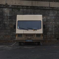 Square car (Julio López Saguar) Tags: juliolópezsaguar coche car automóvil color colour cahors francia france cuadrado square marrón brown mercedes