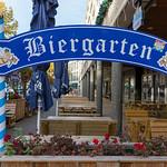 Ein Biergarten mit Holzbänken in der Innenstadt thumbnail