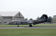 F-104G braking hard! (Rob Schleiffert) Tags: lockheed f104 starfighter lvr1 luftwaffe germanairforce iat85 fairford 2530