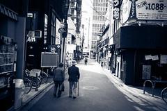 L1005023 (kaichung) Tags: street leica leicamp leicasummicron35mmf20 35mmf20 japan city cityscape architecture cityofjapan citylight streetphotography streetpeople streetleica monochrome blackwhite blackandwhite kyoto 窗戶 人 建築物 路 單色 京都