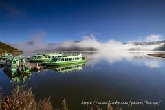 晨光 (Benz Yu) Tags: 屬都湖 普達措國家公園 中國雲南省 風景 倒影 煙霧 晨光 遊艇碼頭 遊艇 藍天 海拔3705公尺 高原湖泊 canonef1635mmf4lisusm