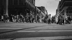 Kreuzung (Deinert-Photography) Tags: berlin streetfotografie deutschland flickr fujixt2 street schwarzweis fujifilm schwarzweiss deinert fujifil23mmf14 blackwhite fusgänger citylife fuji fujifilmkamera streetart streetphoto streetphotography ubanphotography urban