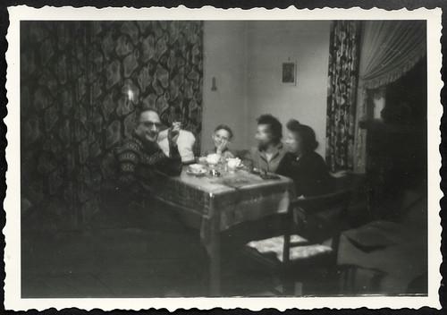 Archiv R827 Winterabend am Tisch, 1960er