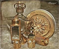 Pequeños tesoros... (bruixazul poc a poc...) Tags: tocador polvera perfumero cristal metal dorado pintalabios vintage lookingcloseonfriday accesoriosfemeninos