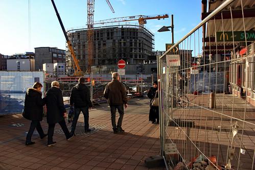 "Auf der Holstenbrücke (03) • <a style=""font-size:0.8em;"" href=""http://www.flickr.com/photos/69570948@N04/31357921277/"" target=""_blank"">View on Flickr</a>"