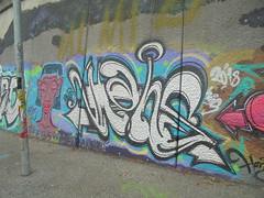 what do you see when you close your eyes? (en-ri) Tags: hans testa head azzurro bianco nero arrow torino wall muro graffiti writing parco dora 2018