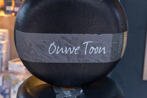 Ganzer Laib Ouwe Toon, holländischem Käse mit schwarzer Käserinde