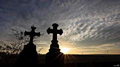 Vers le ciel. (Un jour en France) Tags: ciel cielpaysage sky tombe cimetière paysage éolienne nuageux canoneos6dmarkii canonef1635mmf28liiusm canoneflenses coucherdesoleil
