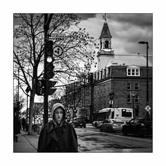 Je marche seule. Acteur et voyeur. (francis_bellin) Tags: mars blackandwhite streetphoto street bw noiretblanc rue photoderue monochrome 2018 vacances montréal