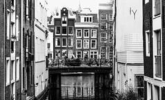 Beulingsloot (Hans Veuger) Tags: nederland thenetherlands amsterdam amsterdamcentrum zwwt bw beulingsloot beulingsluis krijtbergsluis nikon b700 coolpix nederlandvandaag twop monochrome singel herengracht