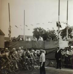 Départ d'une course de vélo, sans doute à la Saint-Louis d'Acigné, fin août