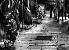 Avoir les jambes coupées.... / Cut legs (vedebe) Tags: ville city rue street urbain urban mannequin marché noiretblanc netb nb bw monochrome