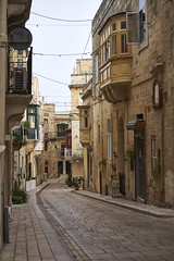 Oct 28, 2018 (pavelkhurlapov) Tags: vittoriosa street alley buildings balcony slope curve cobblestone cityscape wires road