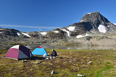 Camp by Austre Raudalstind (Thomas Roland) Tags: austre raudalstind lake sø tent tents outdoor scandinavia skandinavien noreg norge norway national park jotunheimen fjell fjeld mountain rock peak hike camping holiday travel tourist summer sommer ferie 2018 nikon d7000 europa europe