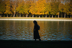 (theodirector) Tags: versailles chateau chateaudeversailles versaillescastle paris nature naturephotography autumn fall autumncolors trees naturelover naturelovers daylight colors color colours colorful colour colourful contraste contrast forest woods wood inthewoods silhouette backlight contrejour woman lady lake water sunshine walker walking walk walkers