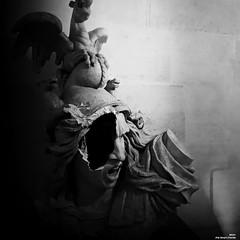 Saccagé et pillé (Un jour en France) Tags: canonef1635mmf28liiusm canoneos6dmarkii statue paris noiretblancfrance noiretblanc