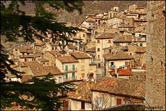 scanno (imma.brunetti) Tags: scanno abruzzo italia scorci palazzi edifici aquila alberi rami tetti comignoli coppi tegole panorama scorcio