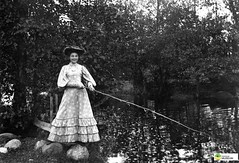 tm_6141 - Madängsholm 1905 (Tidaholms Museum) Tags: svartvit positiv kvinna klänning fiske tidan madängsholm 1905 fishing woman dress