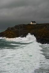 au bout de la vague (mimu_13) Tags: beuzeccapsizun bretagne europe finistere france architecture fyr house hus lighthouse maison mer paysage phare vague wave samsungnx nx500 lepharemillier